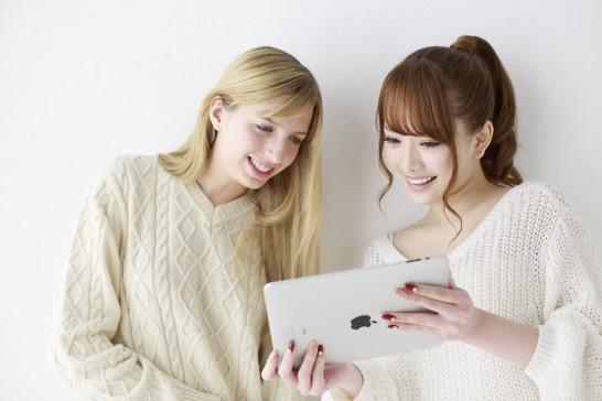 タブレットを見る2人の女声