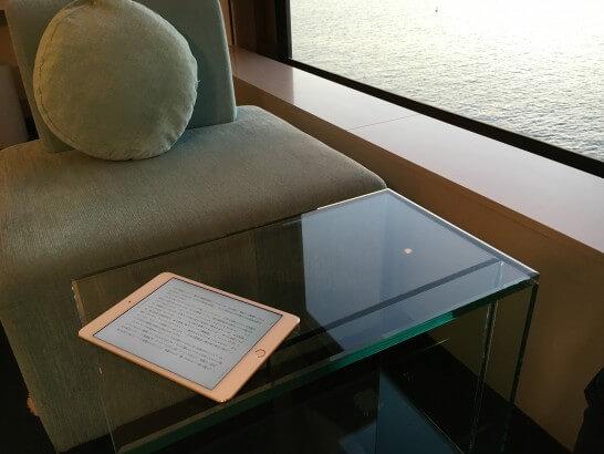 ホテルの窓際のテーブルにあるiPad mini 4