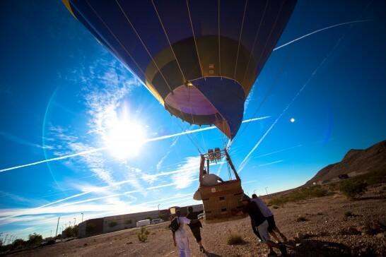 気球を飛ばそうとする人々