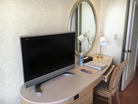 ホテルオークラ東京ベイのデラックスルームのデスク
