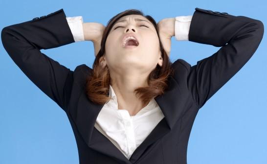 ショックで頭を抱える女性