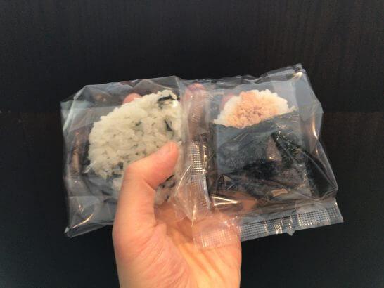 ダイヤモンド・プレミアラウンジ(羽田)のおにぎり(鮭・わかめ)