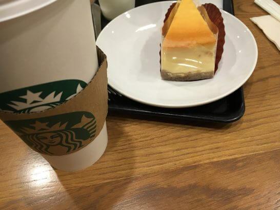 スターバックスのコーヒーとチーズケーキ