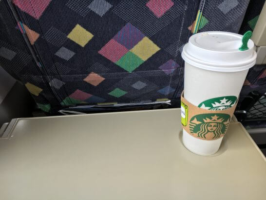 特急列車の中で飲むスターバックスのソイ・ラテ