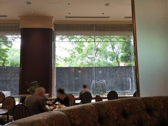 ロイヤルパークホテルの朝食レストランの窓