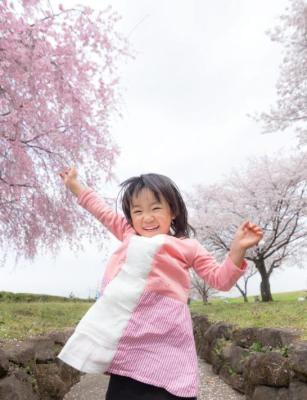 桜の木の前にたつ女の子