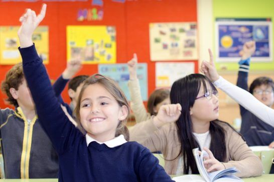挙手する子供たち