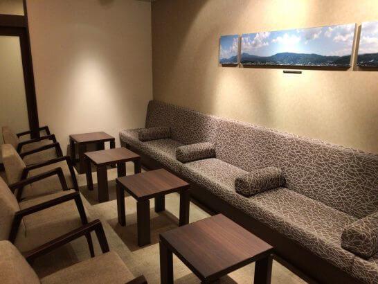 京都ホテル ウエルカムラウンジのソファー
