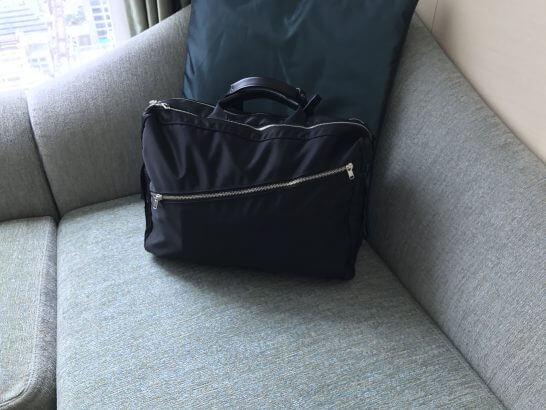セントレジス大阪のソファーに置かれたカバン