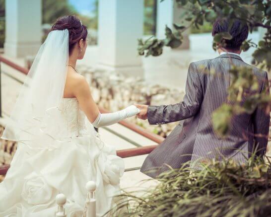 結婚披露パーティーへと向かうカップル