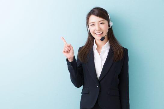 ビジネススーツ姿のオペレーター (2)