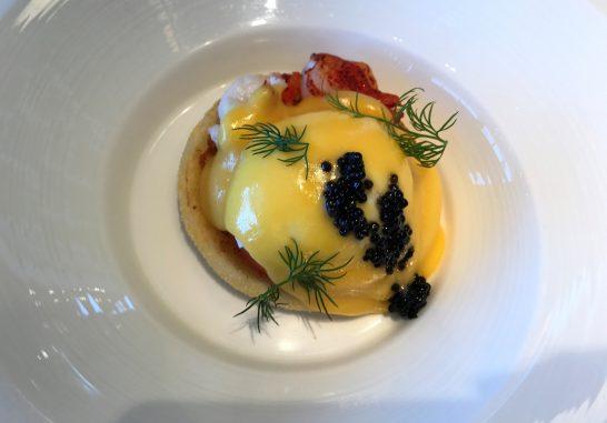 シャングリ・ラホテル東京の朝食のキャビアとオマール海老のエッグ・ベネディクト