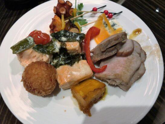 シャングリ・ラ ホテル 東京のホライゾンクラブのカクテルタイムの食事