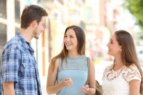笑顔で談笑する3人の男女