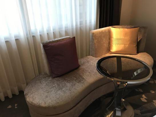 東京マリオットホテルの客室のソファー