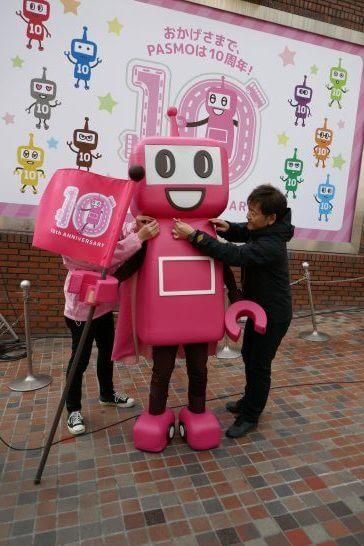 PASMOのロボットにマントを取り付ける