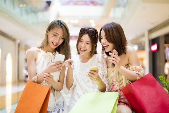 ショッピング中笑顔の女性
