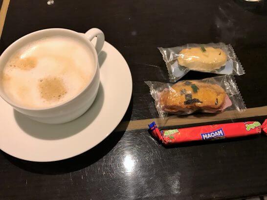 東京マリオットホテルのエグゼクティブラウンジのカプチーノとスナック菓子