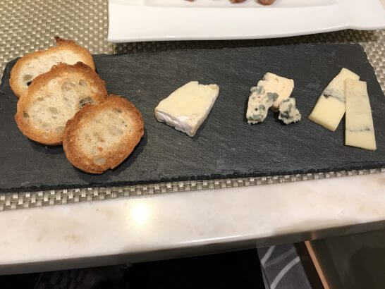ワールドワインバー by ピーロートのチーズ3種盛り