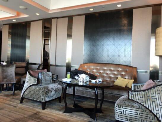 シャングリラ・ホテル東京のホライゾンクラブ ラウンジのソファー席