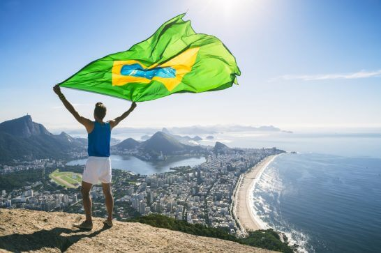 ブラジル国旗を羽ばたかせる男性