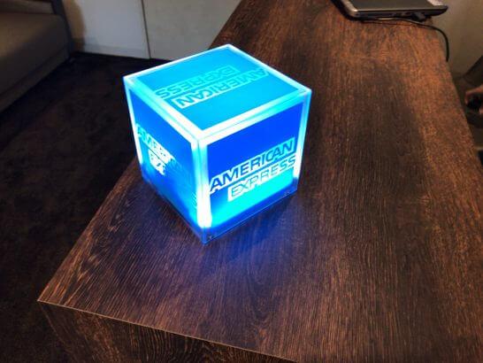 帝国ホテル東京のビジネスラウンジのアメックスのインテリア(ライトを点灯したところ)