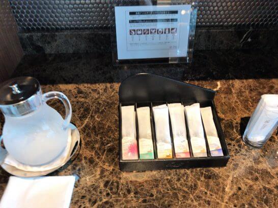 ザ・プリンスギャラリー 東京紀尾井町のクラブラウンジの紅茶、水