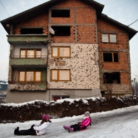 09-matteo-vegetti-balkan-sledges-and-destroyed-building