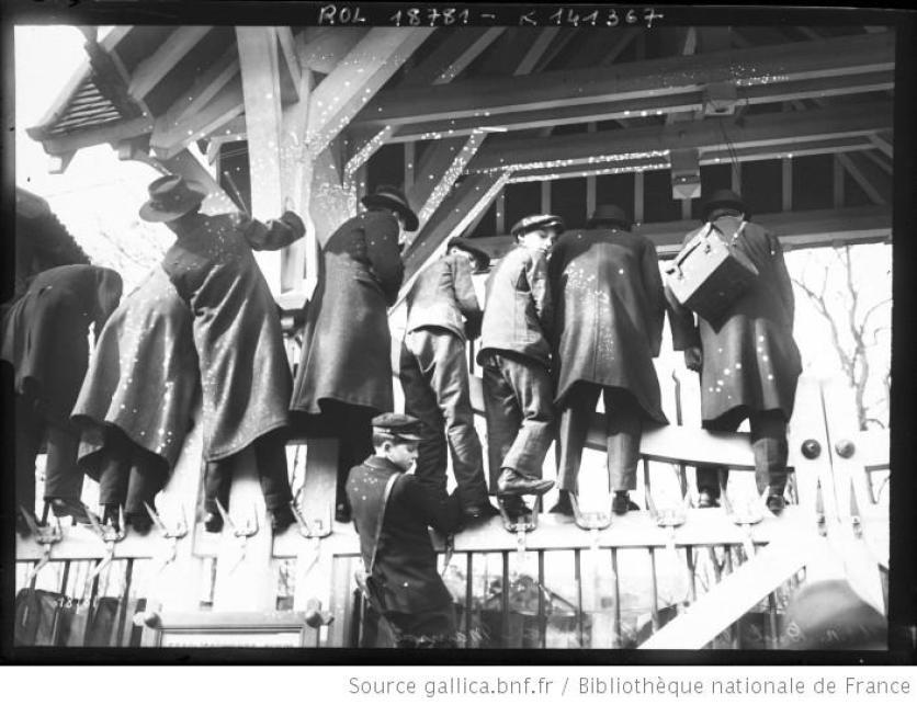 Les journalistes massés sur une clôture, duel Maurras-Cassagnac du 26 février 1912.