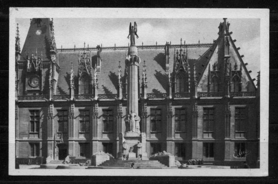 Vue du monument devant le Palais de Justice