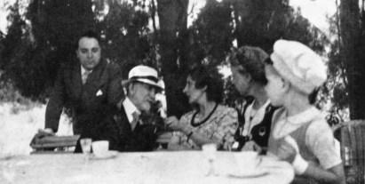 1938 - Maurras avec Pierre Varillon (debout) et sa famille.