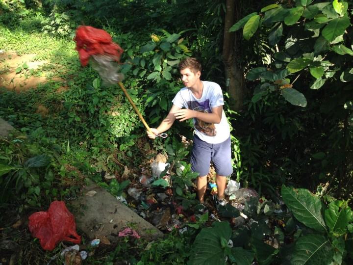 16-летний Николай - герой дня. Спустился к ручью и выгребал пакеты с мусором, пока не сломал своё копьё.