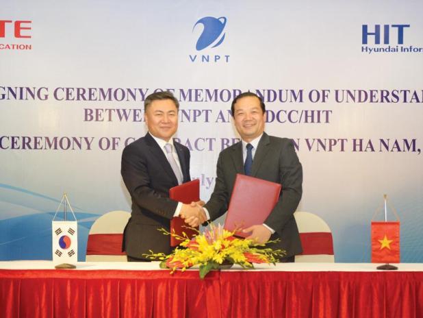 Ông Phạm Đức Long (bên phải) và ông Yong Deuk Ma tại lễ ký kết.