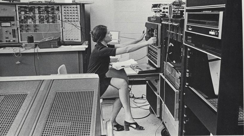 computers-miniskirts-13