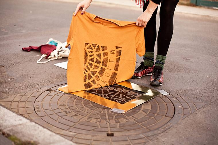 Using manhole covers to print pattern on clothes