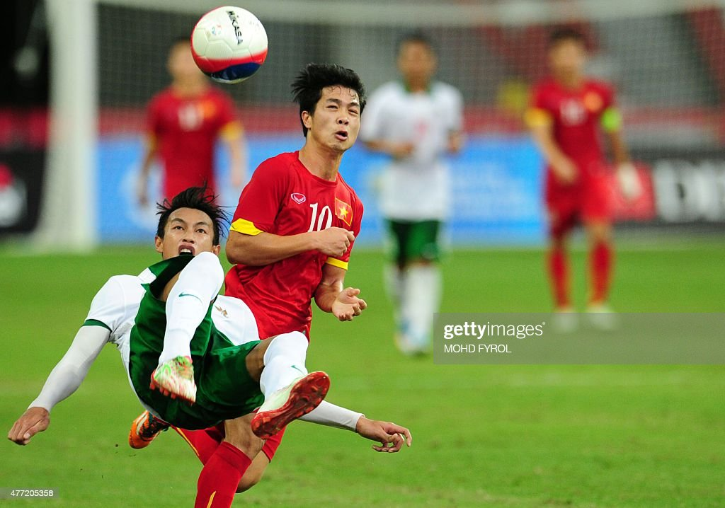 hansamu yama pranata of indonesia l reacts after kicking the ball next to cong phuong nguyen vietnam r during their men s football bronze medal match