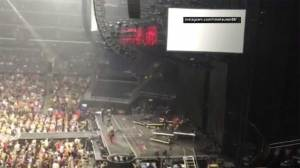 Power goes out during Shania Twain's LA concert