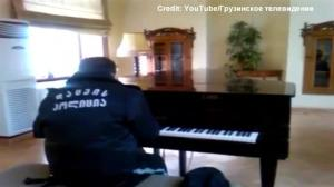 Security guard secretly filmed playing beautiful piano composition