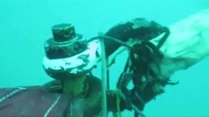 Divers work to retrieve AirAsia plane fuselage