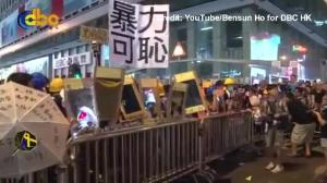 Raw video: Protesters in Hong Kong hold up mirrors to police