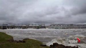 Quebec floods: Managing flood waters