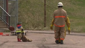 Toddler learns the ropes alongside dad in Firefighter Combat Challenge