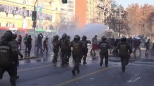 Raw video: police, student violently clash in Chile