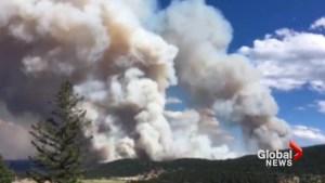 Timelapse shows Clinton, B.C. wildfire send billowing smoke skyward