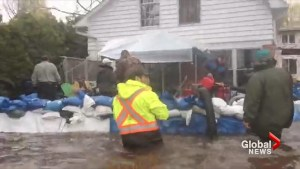 Residents working hard to save homes from flood waters in Terrace Vaudreuil, Que.