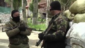 Raw video: Pro-Russia forces erect large barricades in Slovyansk, Ukraine