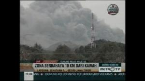 Raw video: Volcano erupts in Indonesia