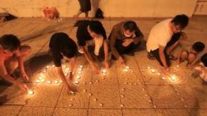 Raw video: Candlelight vigil held for passengers of missing Malaysia Airlines flight