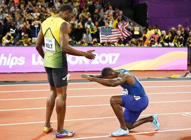 Gatlin reverencia Bolt após o resultado ser anunciado