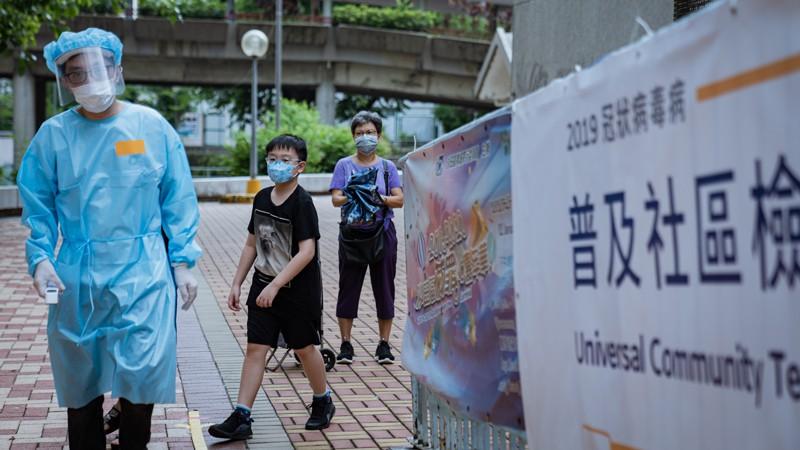 Un personal médico vestido con un traje protector durante el programa voluntario de pruebas masivas para el coronavirus, Hong Kong.